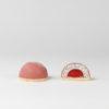 Ruby - Ein N'Eistörtchen mit Mohn-Marzipan-Eis, Himbeerkern und rosa Kuvertüre aus der Ruby-Kakaobohne